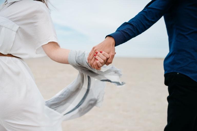 main dans la main photographe reunion mariage